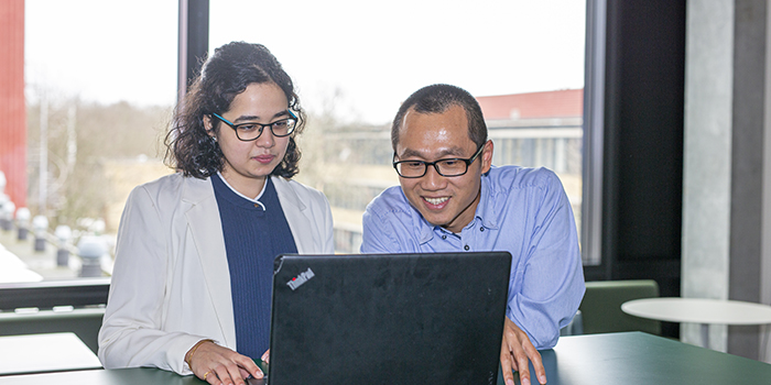 PhD student Spardha Virendra Jhamb (now postdoc) and Associate Professor Xiaodong Liang. Photo by Christian Ove Carlsson.