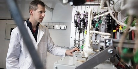 Assistant Professor Jakob Munkholt next to a new piece of equipment which enables catalytic processes to be studied at a wide range of temperatures and pressures. Photo by Thorkild Christensen.