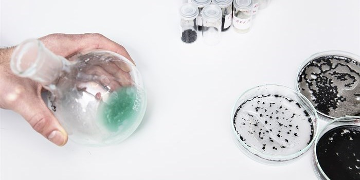 Polymers and particles. Synthesis of polymers (flask) and surface modification of particles (small vials) can be used to control agglomeration of particles (petri dish). Photo: Thorkild Christensen